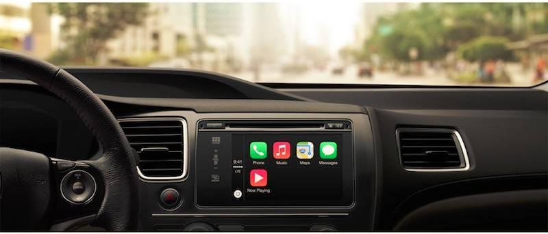 """""""CarPlay""""的安装实例。在汽车中控台显示器上排列着我们习惯的iOS图标。基于现存的车载影音导航系统,用语音呼出""""CarPlay""""后就会自动进入图中画面,并且可以通过iPhone和iPad对其进行操作。"""