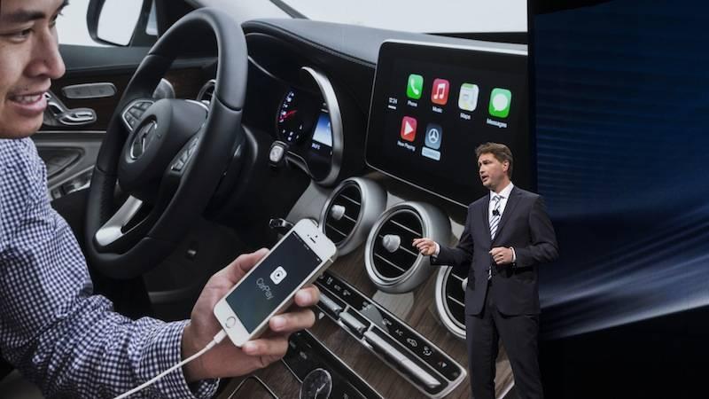 梅赛德斯-奔驰的应用实例。通过数据线连接iPhone后就会自动进入CarPlay画面,iPhone内的常用图标就会显示在车载机的画面上。