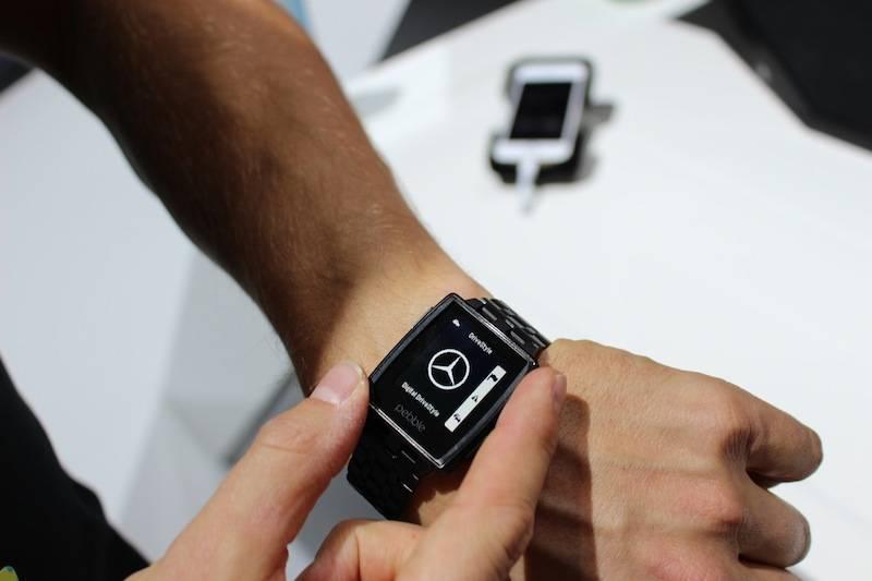 """梅赛德斯奔驰公司在今天1月份举办的CES上,发表了和开发智能手表的初创公司""""Pebble""""的合作事宜。图为梅赛德斯奔驰公司开发的智能手机应用""""Digital DriveStyle""""相应的智能手机版本。"""