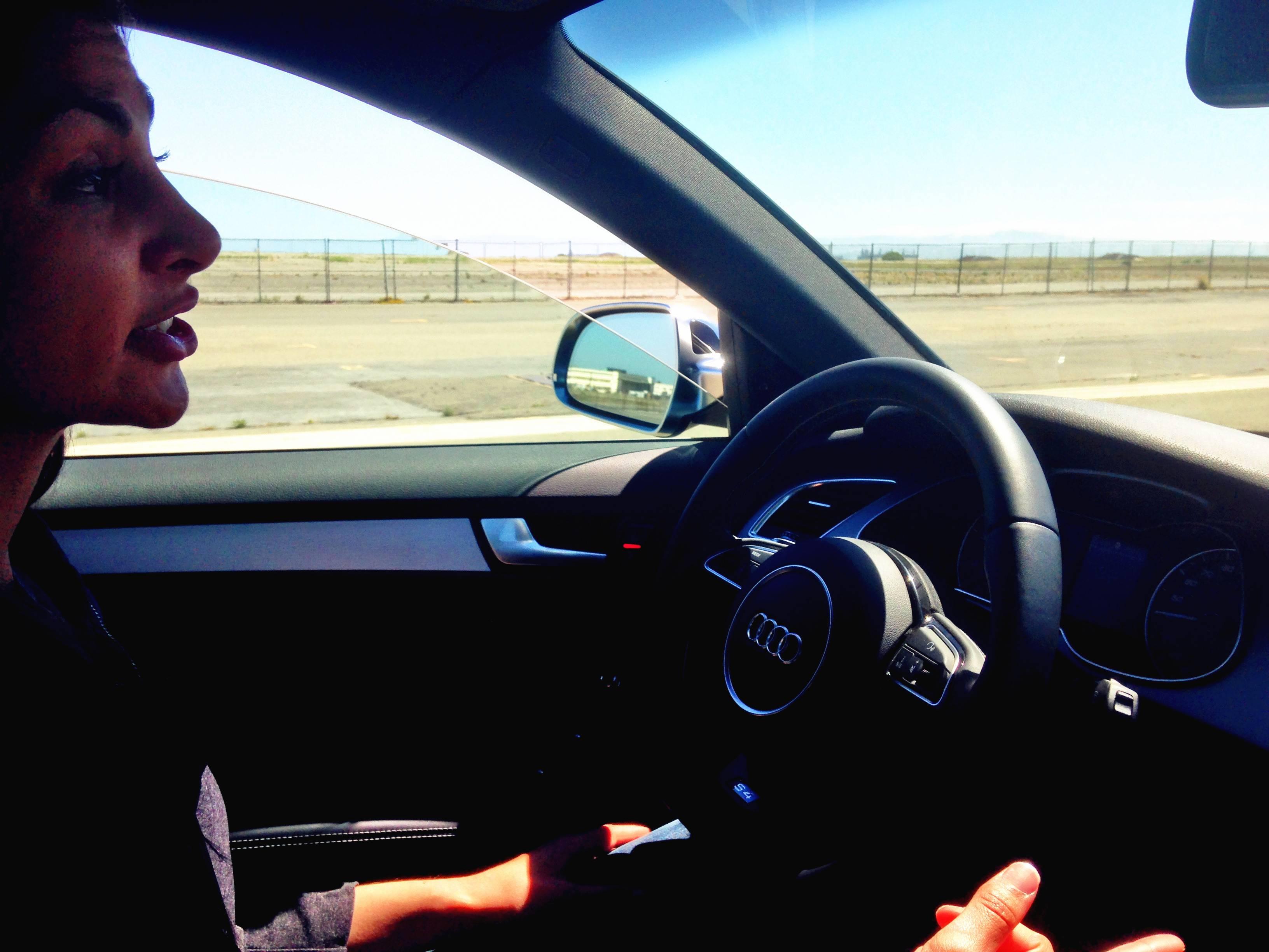汽车加速后Cuise的演示人员的双手远离就远离了方向盘