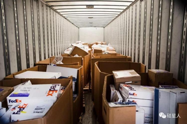 以卡车为单位运至 USCIS 处理中心的 H-1B 申请资料