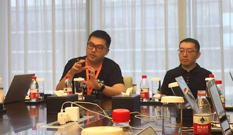 阿里巴巴本地生活服务公司总裁王磊(右)