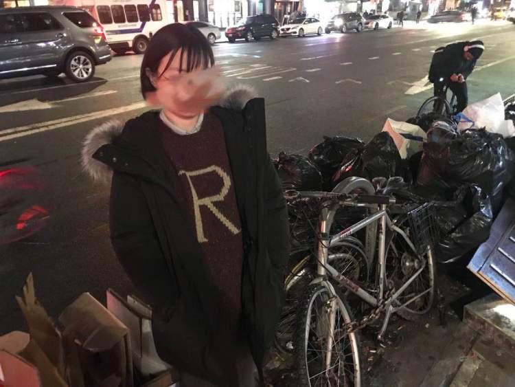我忍不住和曼哈顿的垃圾合影