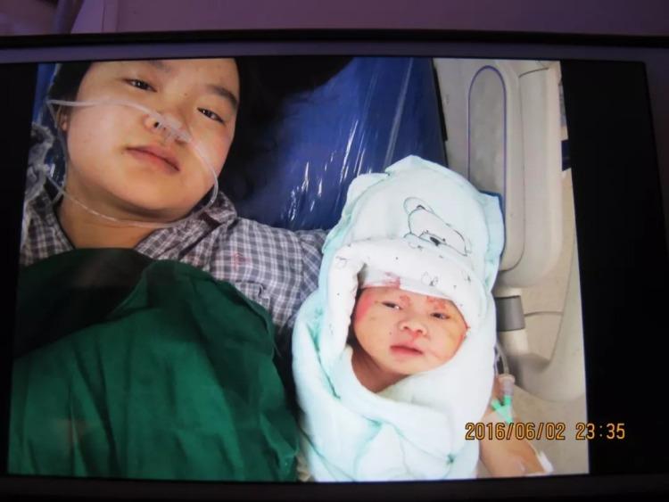 石璐和女儿的第一张合影