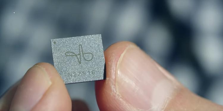 至少在六、七年前,Google 就在内部的前沿技术实验室 (ATAP) 里设立了一个名叫 Project Soli 的项目,研制小型的体感识别雷达芯片。