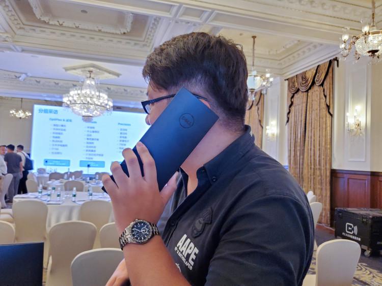 """戴尔OptiPlex7070 Ultra拿在手里""""打电话""""看起来毫无""""违和感"""",当然它并不是一款手机。"""