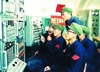 """刘庆贵(前排)在""""东方红一号""""人造卫星发射指挥台工作"""