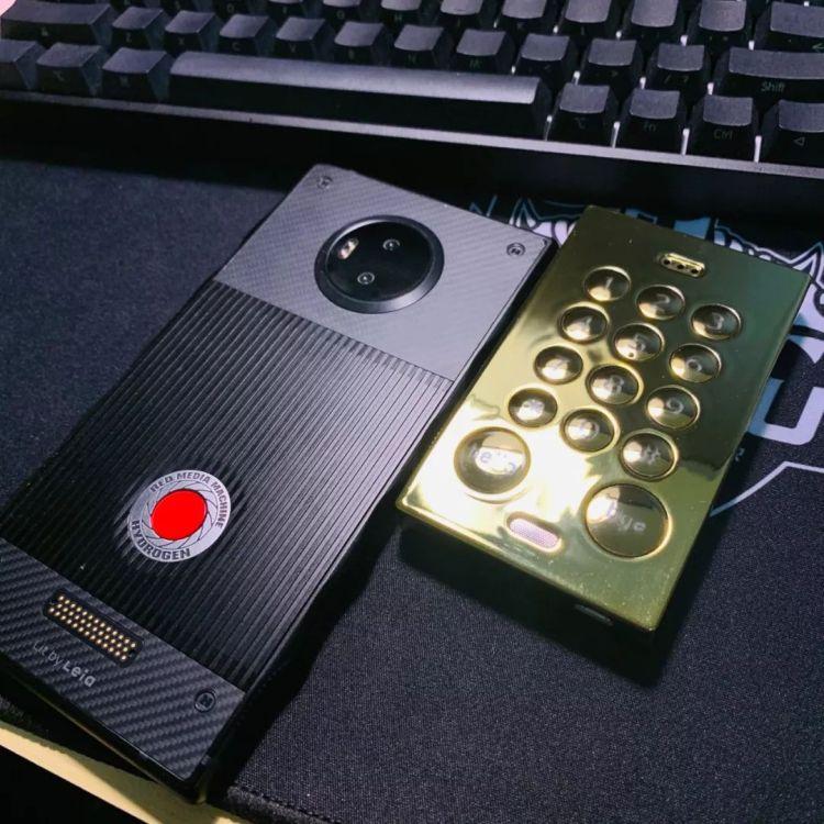 △右侧这块大金砖就是John's phone2代,对没错它还有脸出二代