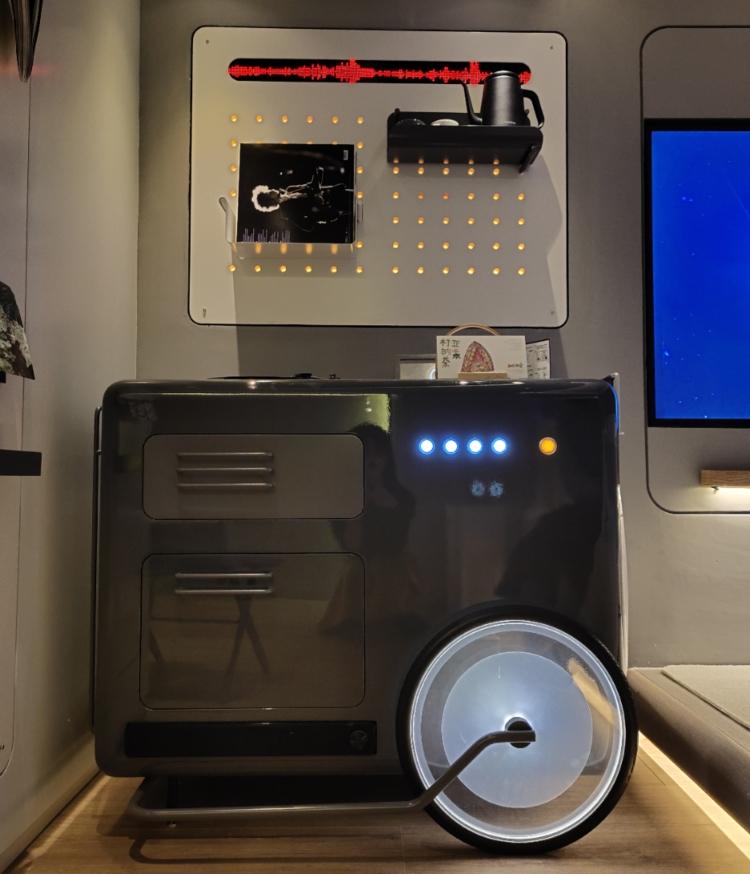 音乐小车集黑胶音乐机、蓝牙音响、刊物、Mini Bar多功能为一体。