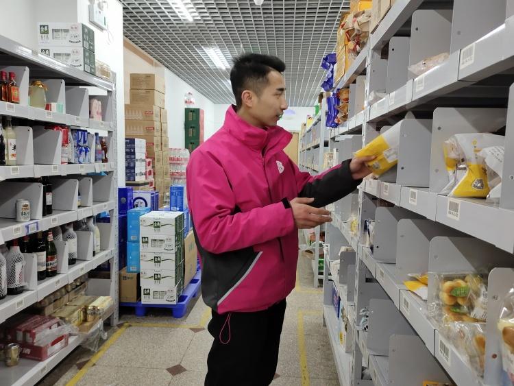 刘国峰在整理库存。