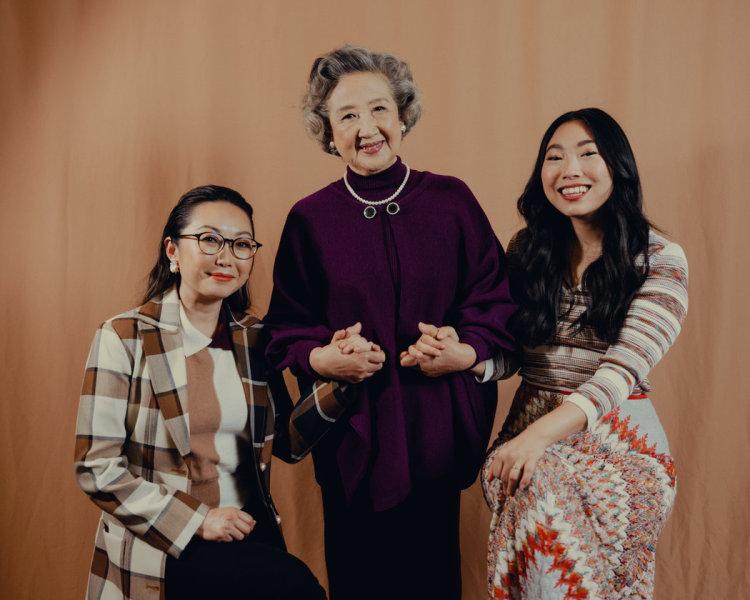 王子逸(左)、奥卡菲娜(右)和奶奶的饰演者赵淑珍(中)