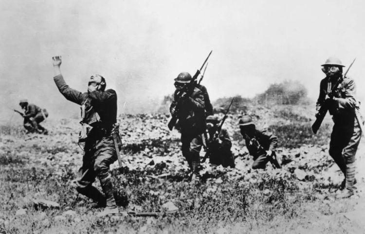 △1915年,德军首次在战场上使用毒气,造成大量伤亡