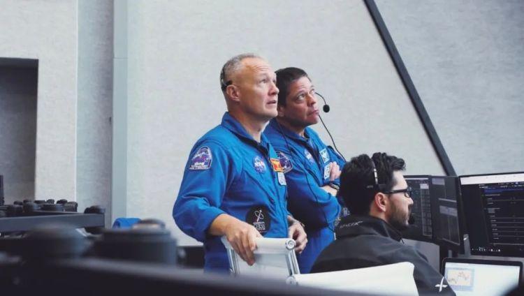 两名宇航员在 SpaceX 发射演示任务控制中心