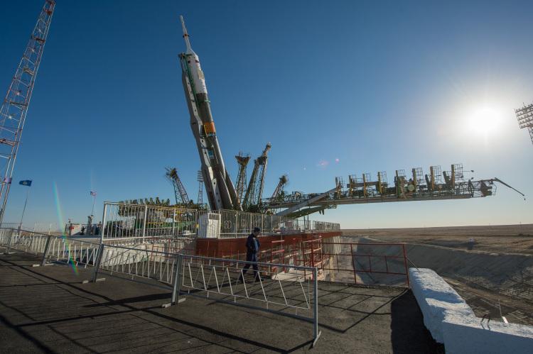拜科努尔1/5号发射台正逐渐被立起的联盟-FG运载火箭,摄于2013年9月23日