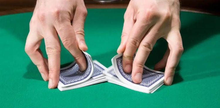 洗牌算法本质来自洗扑克牌. 图片来自:Phys.org