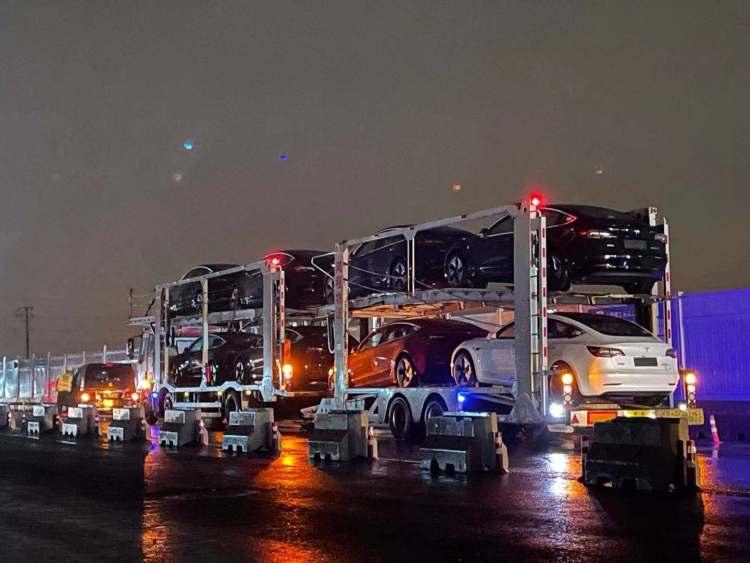 特斯拉上海超级工厂外,运送刚出厂新车的双层拖挂车(图片来源:品玩)