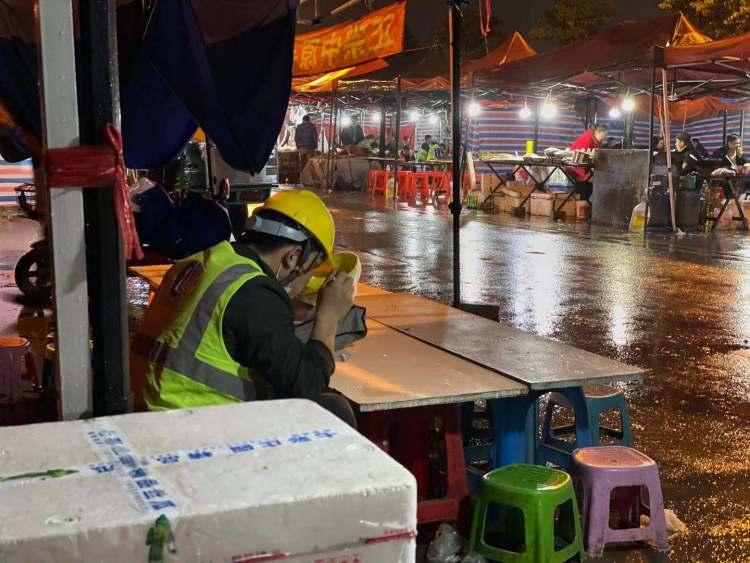 特斯拉上海超级工厂外部的深夜路边摊(图片来源:品玩)