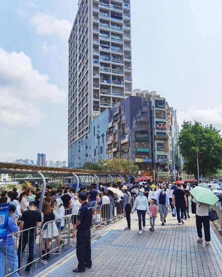 深圳文和友开业后排队的人群