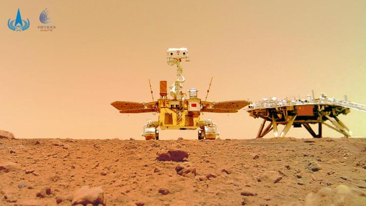 """△""""着巡合影""""图,摄影:""""祝融号""""火星车"""
