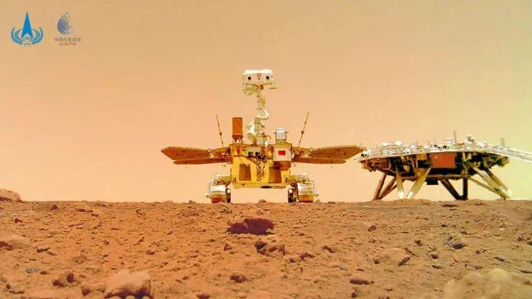 """""""着巡合影""""图。火星车行驶至着陆平台南向约10米处,释放安装在车底部的分离相机,之后火星车退至着陆平台附近,由分离相机拍摄了火星车移动过程和火星车与着陆平台的合影。"""