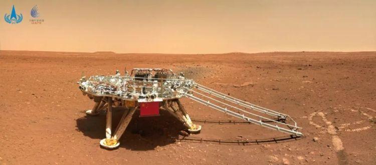 """""""中国印迹""""图。""""祝融号""""火星车行驶到着陆平台东偏南60°方向约6米处,拍摄的着陆平台影像图,可清晰地看到着陆平台上的五星红旗和火星地表细节。"""