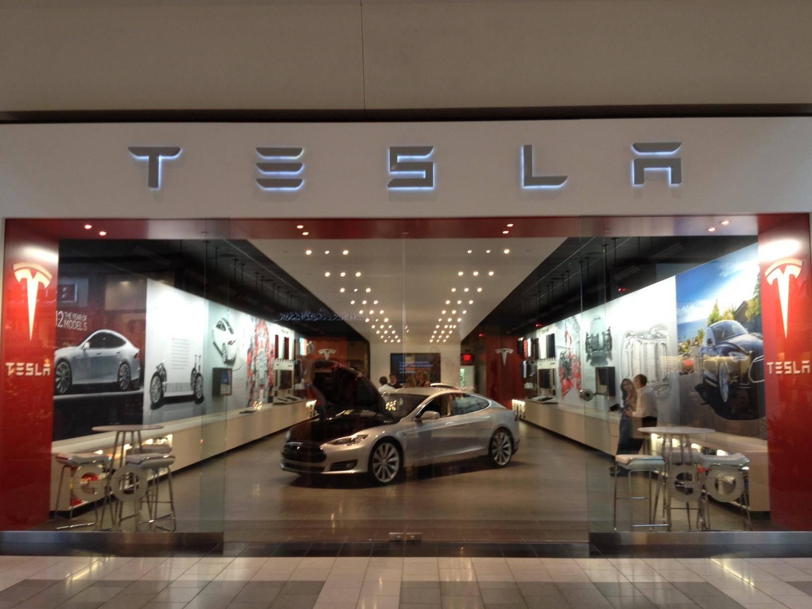 Motors-in-the-mall-Tesla-hawks-Model-S-like-Macbooks-with-dedicated-retail-space