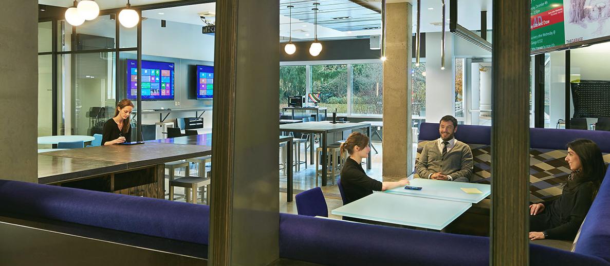 微软总部 27 号楼微软车库内的一处开放式办公空间