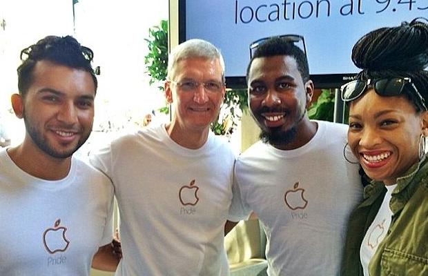 蒂姆·库克,一名公开的男同性恋者,和苹果员工一同出席LGBT(女同性恋、男同性恋、双性恋和跨性别者)活动