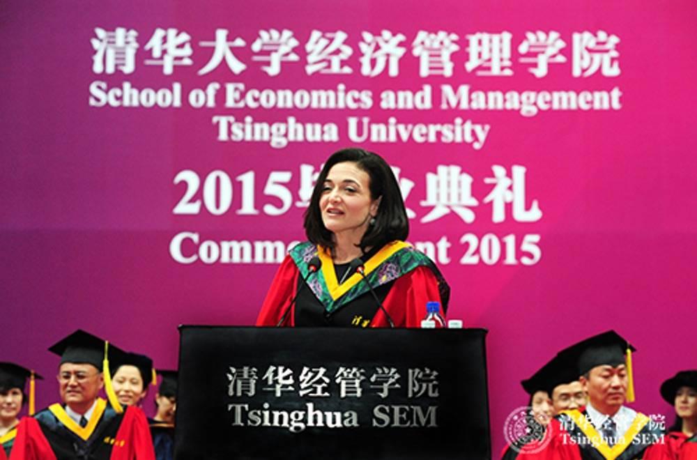 痛失丈夫2个月后,Facebook COO桑德伯格站在了清华大学经管学院毕业典礼的演讲台上