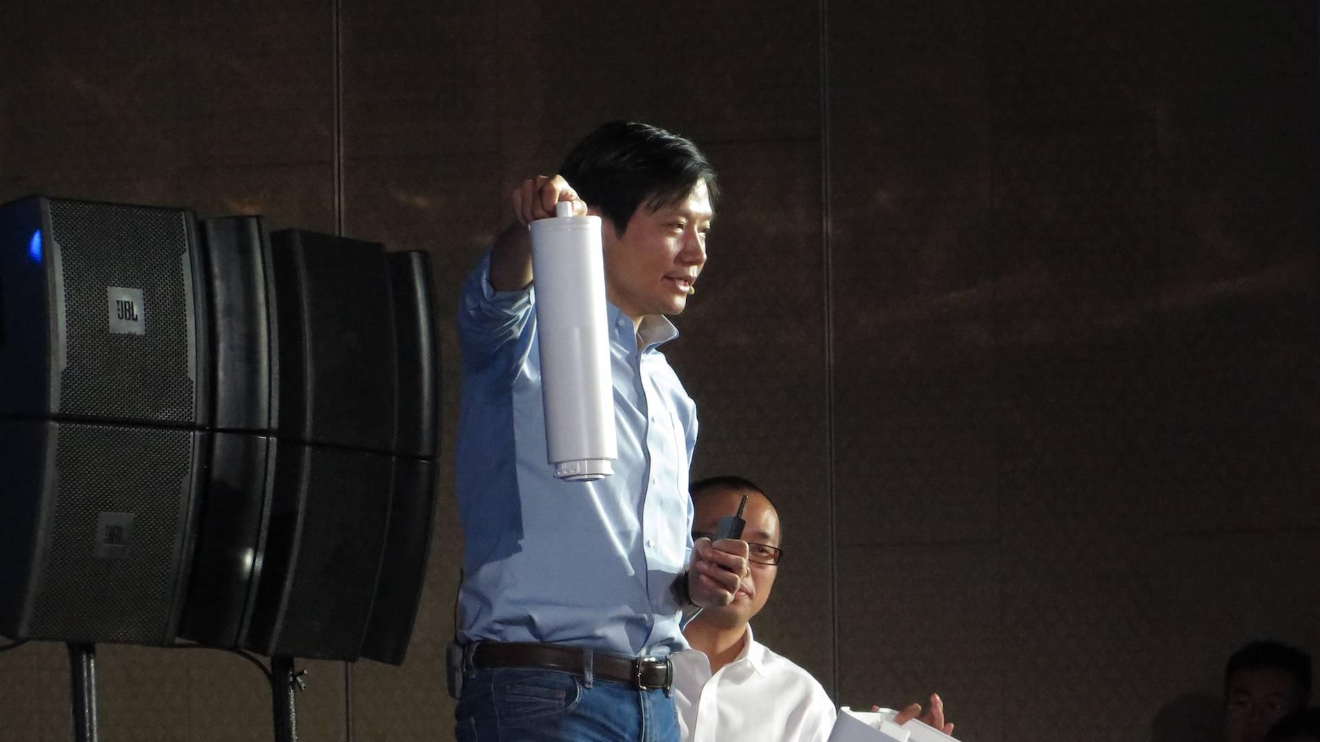 雷军手握一颗小米净水器滤芯 / PingWest品玩