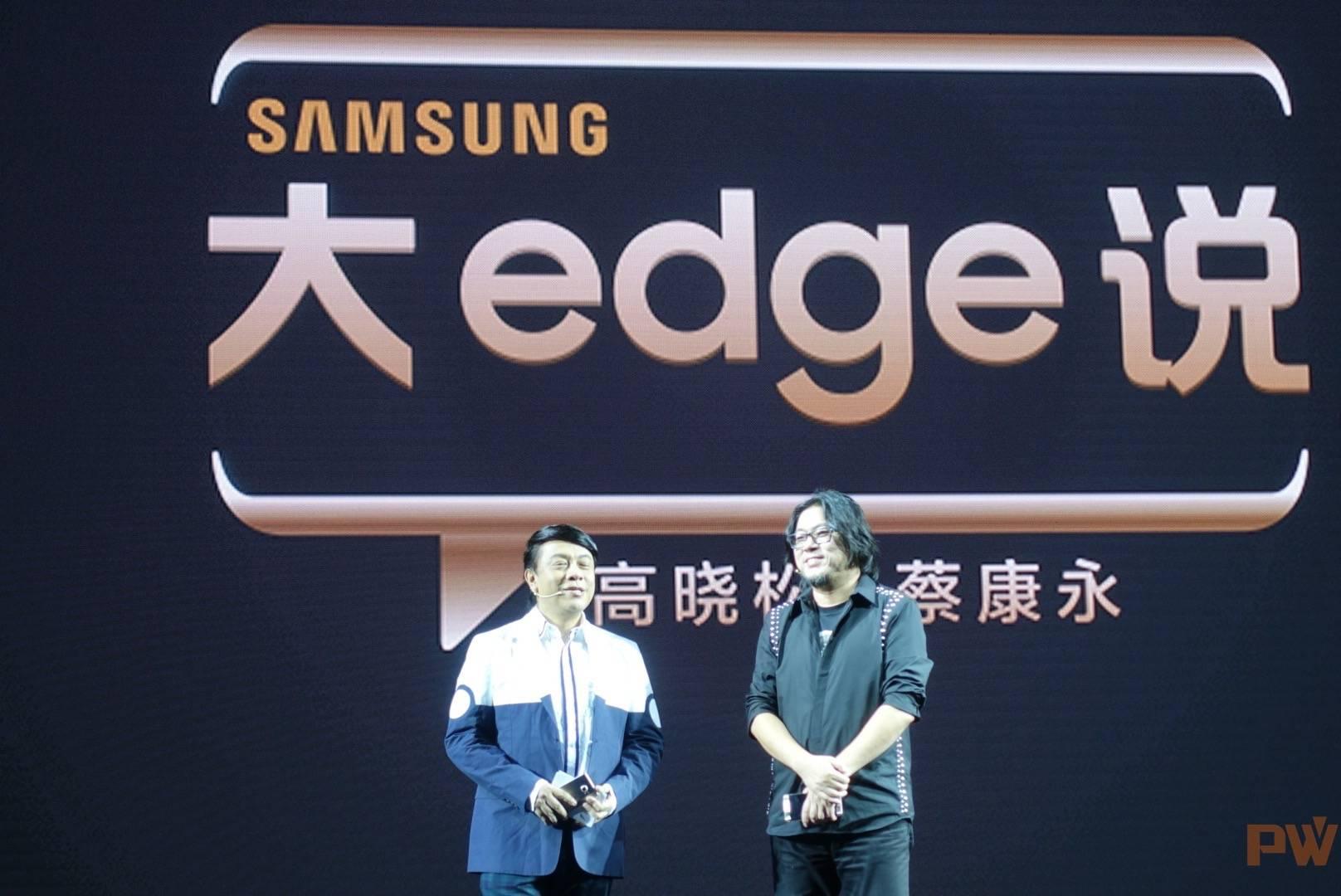 现场,原《奇葩说》的两位核心人物高晓松和蔡康永被请来推销新品手机