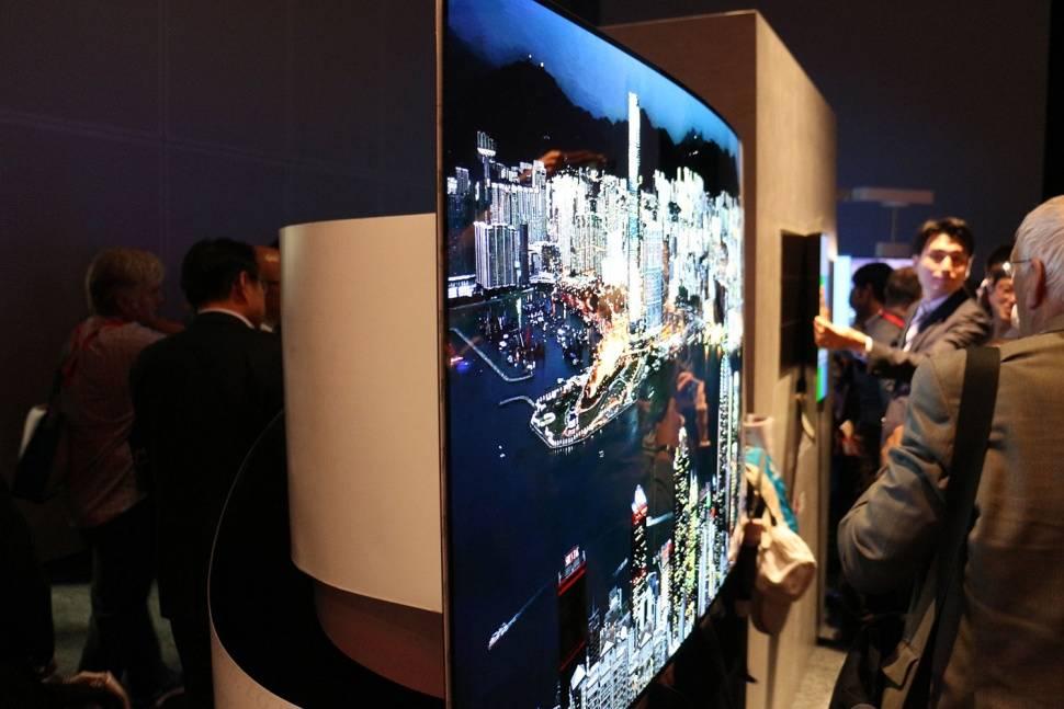 LG 在今年 9 月展示的超薄弧形 OLED 电视