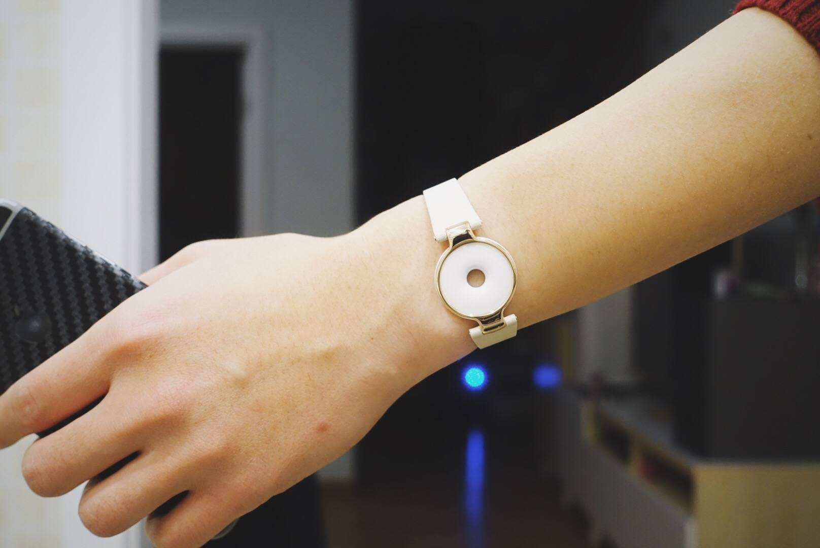 我试用了Amazfit:一块带有智能手环功能的玉佩