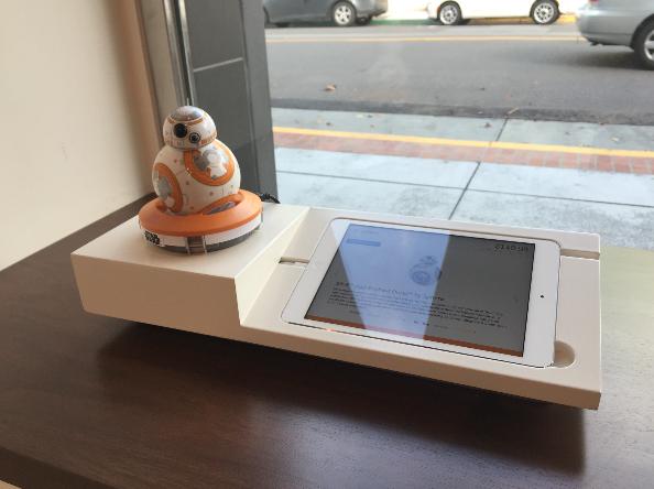 6,《星球大战:原力觉醒》还在热映,店里也少不了相关的智能产品。这是一个 Sphero 公司的可以用手机应用来控制的 BB-8。这家公司在 CES 上还展出了更酷的产品。