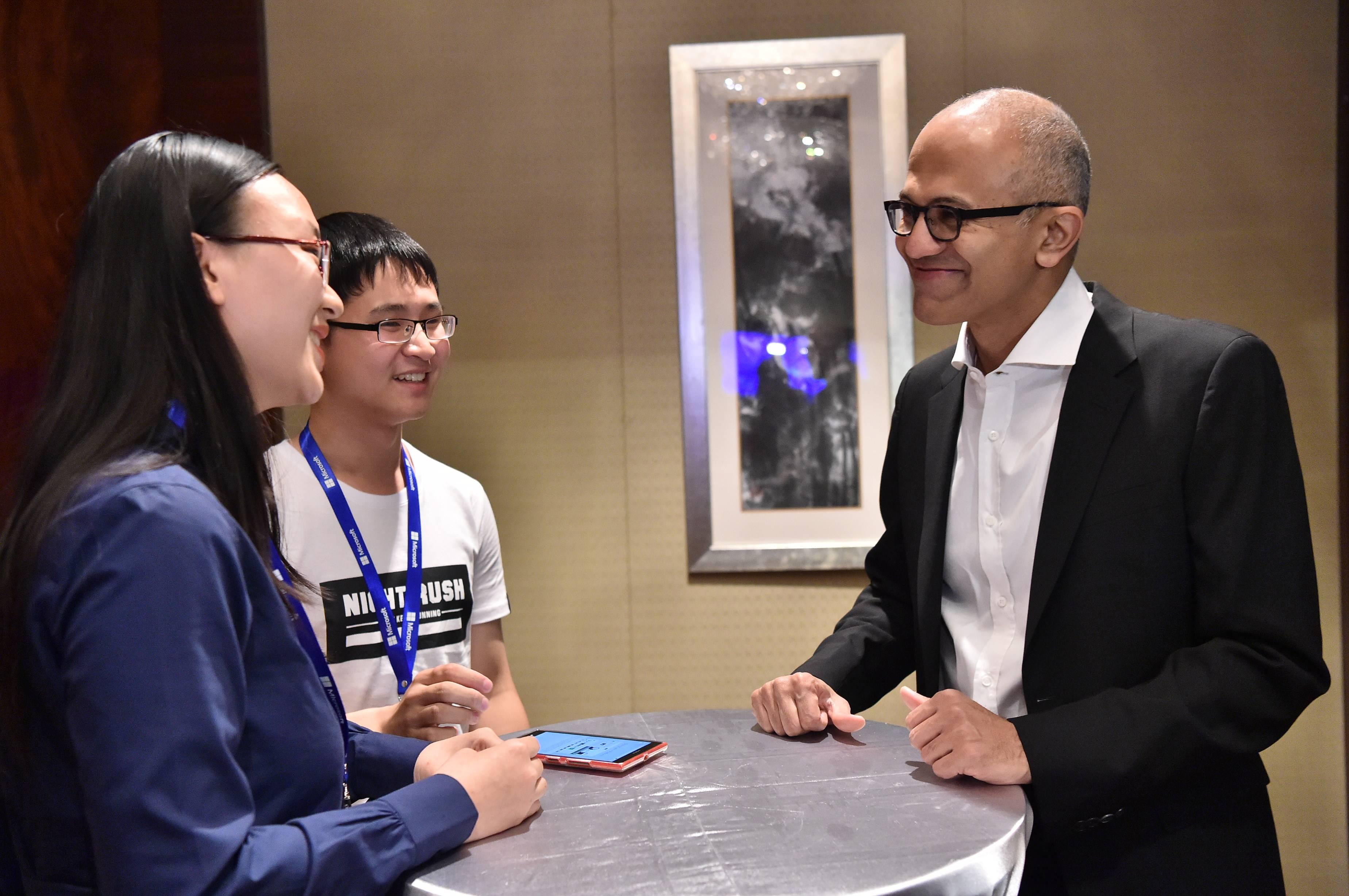 纳德拉与学生开发团队BoneyCare开发者代表见面