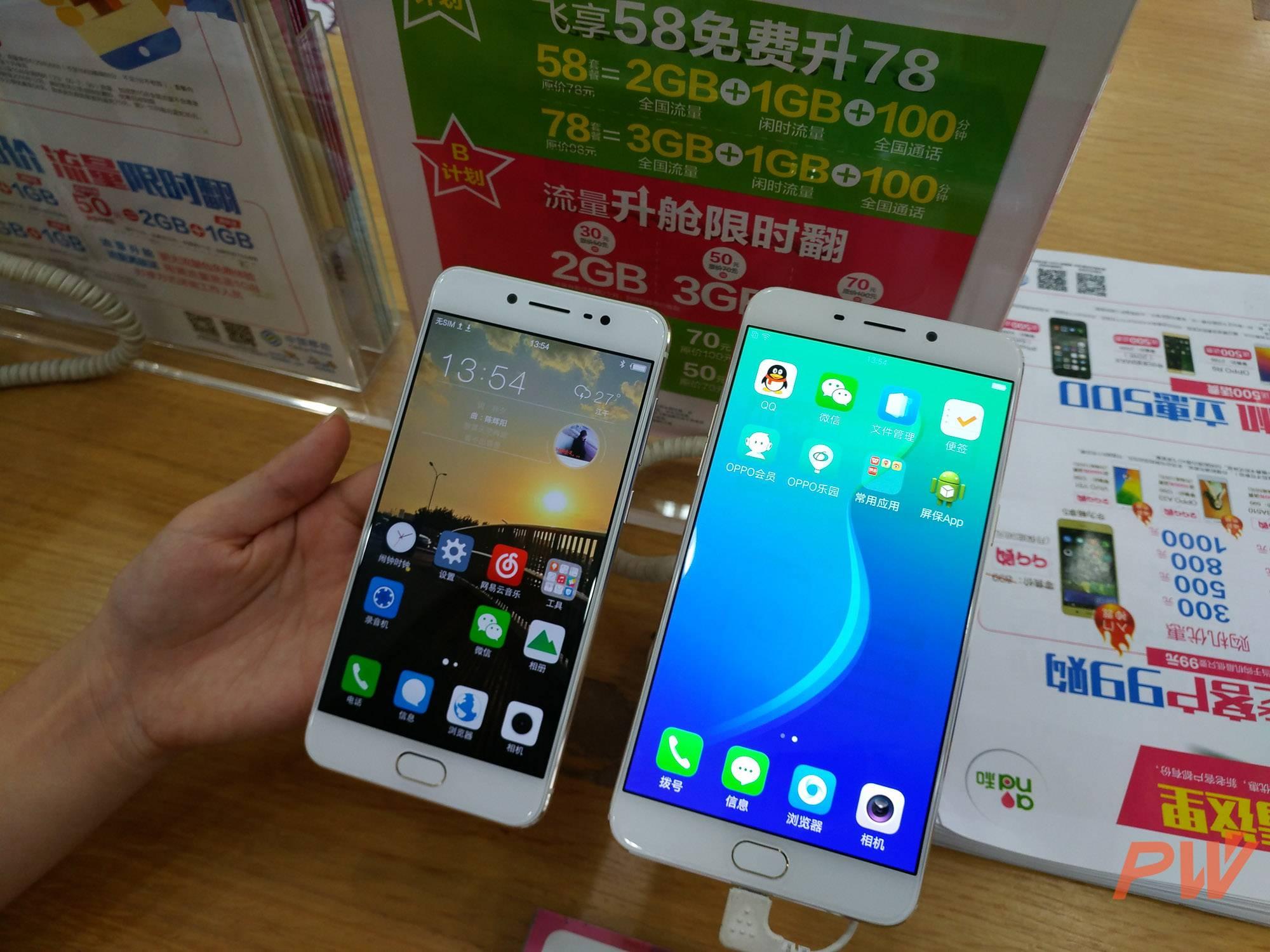 周末在杭州的一家移动营业厅拍摄的两台手机。左侧是 vivo X7,右侧是 OPPO 近期热卖的 R9 Plus。