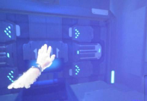 真实的手在虚拟的房间里