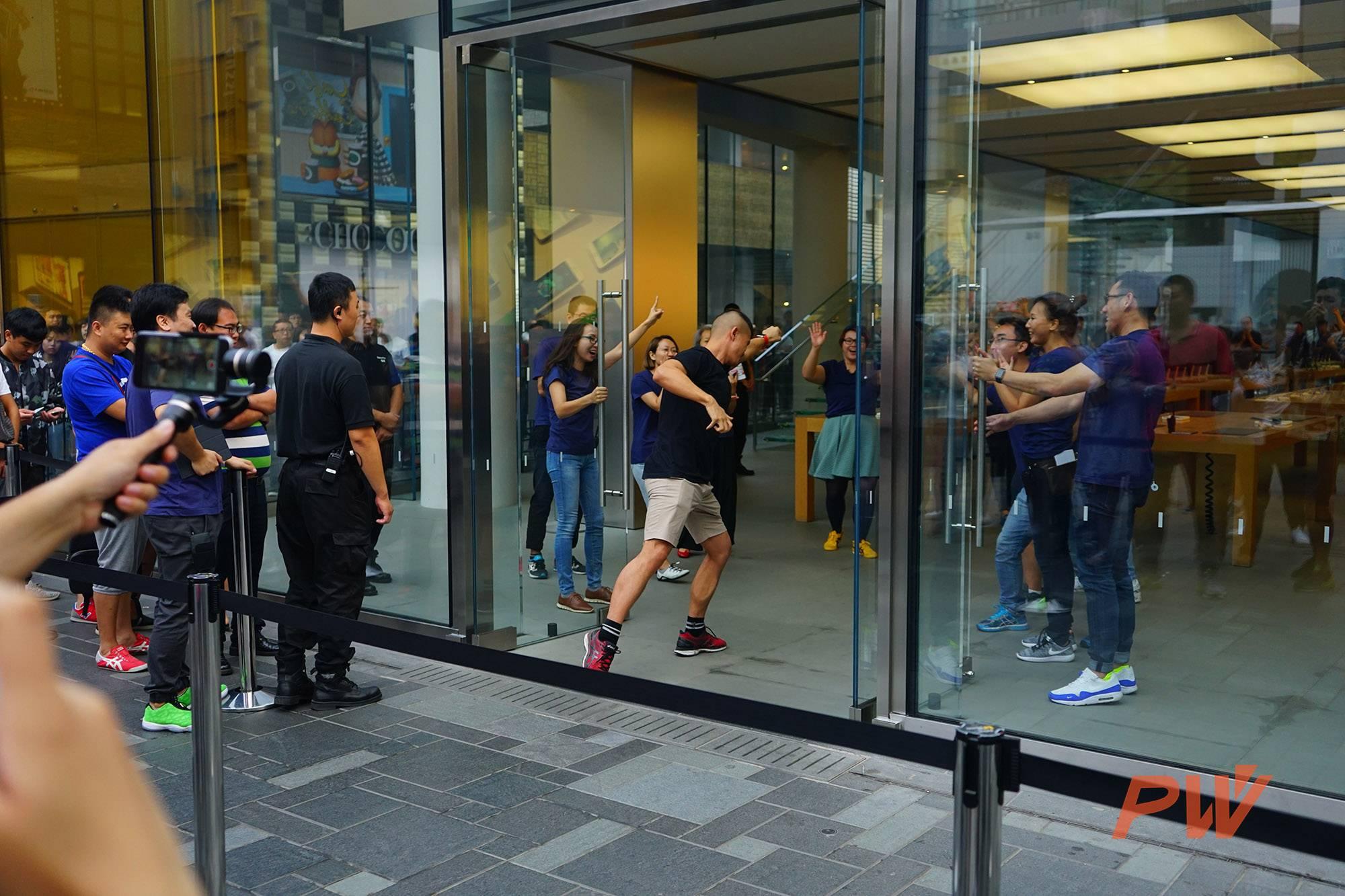 iPhone 7今天发售,我跟着一大帮人冲进了苹果三里屯店