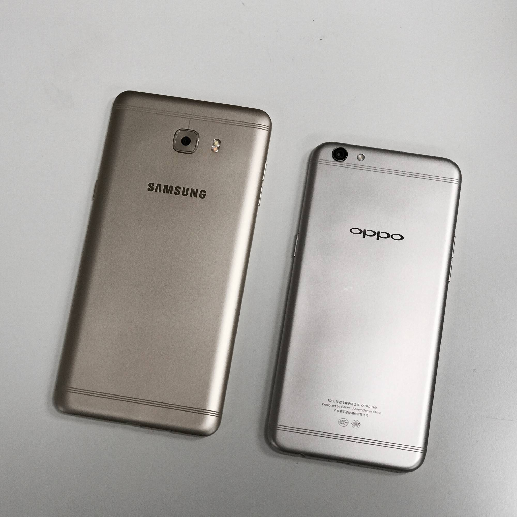左为三星 C9 Pro,右为 OPPO R9s。