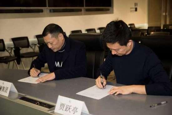 贾跃亭和他的长江商学院同学借款签约仪式现场