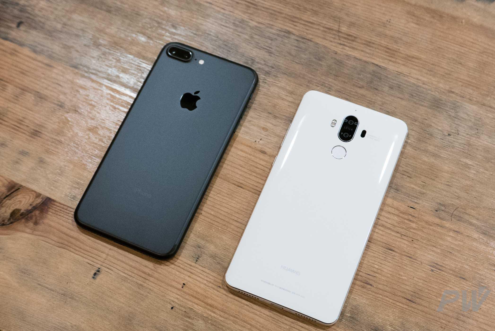 华为 Mate 9 和 iPhone 7 Plus,两者机身重量和体积十分接近。
