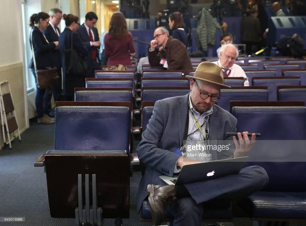 《纽约时报》白宫记者格伦·特拉斯在简报室
