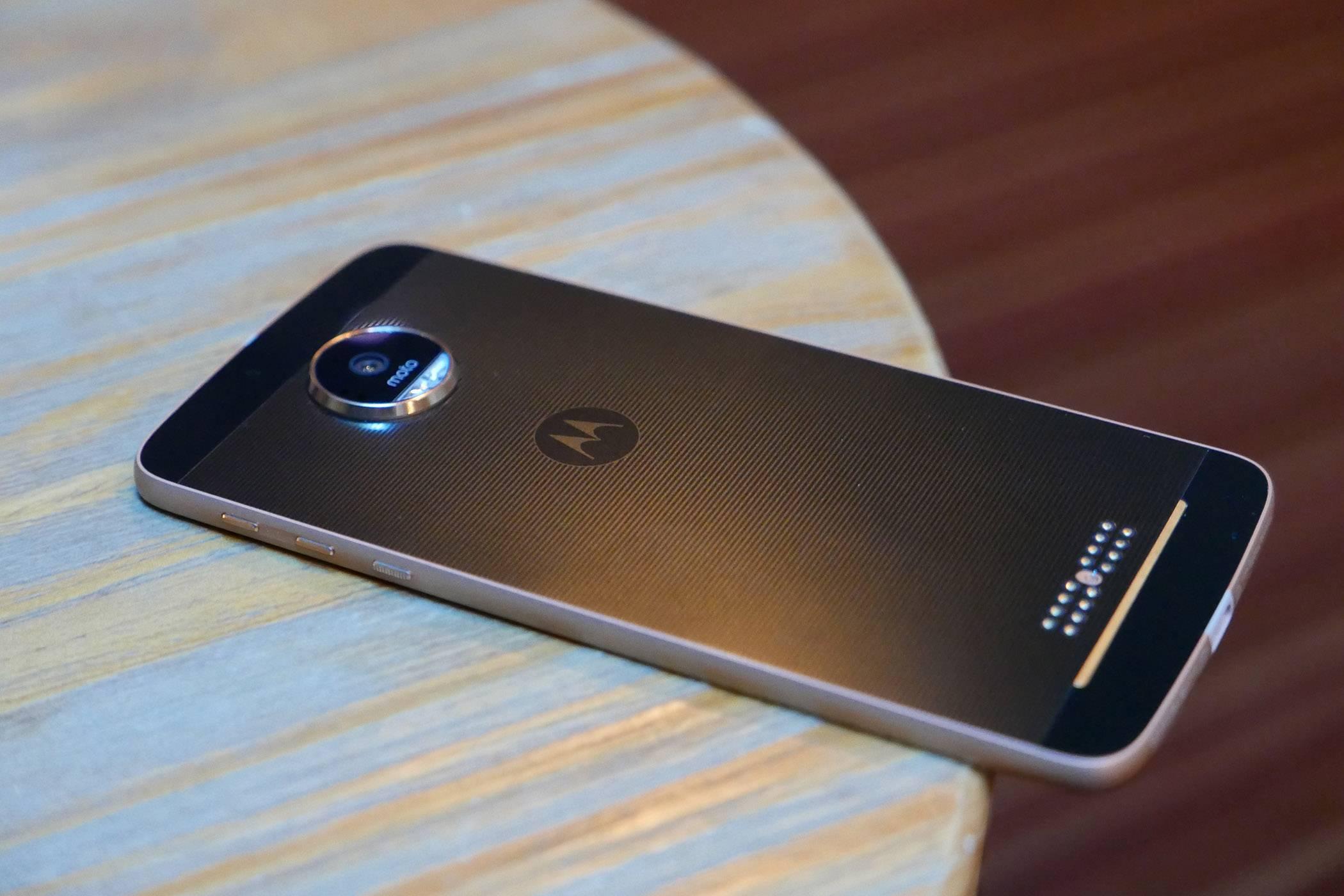联想去年力推的 Moto Z 模块化手机