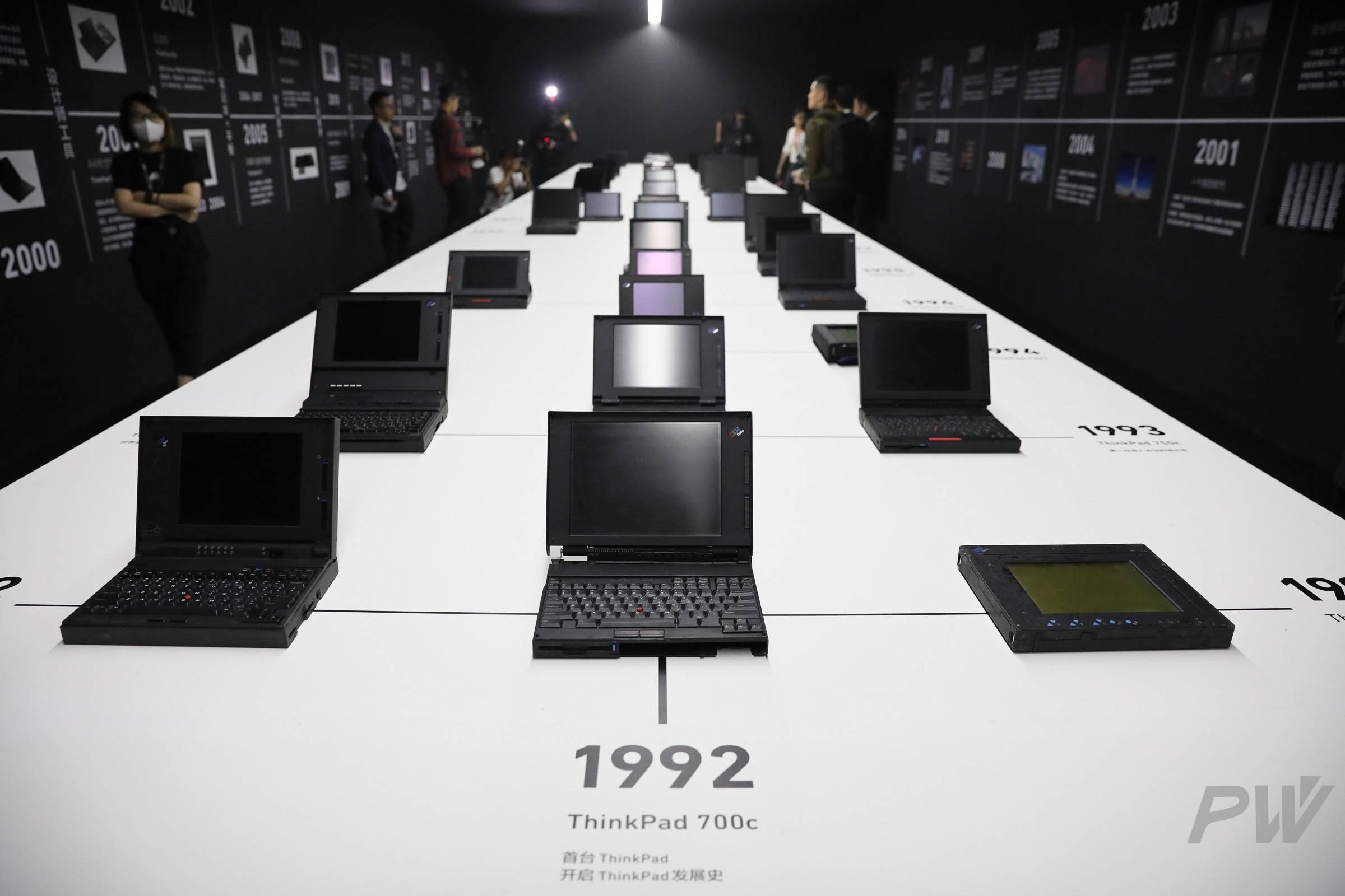前排正中间这台就是 1992 年的 ThinkPad 700C。图片:Hao Ying。