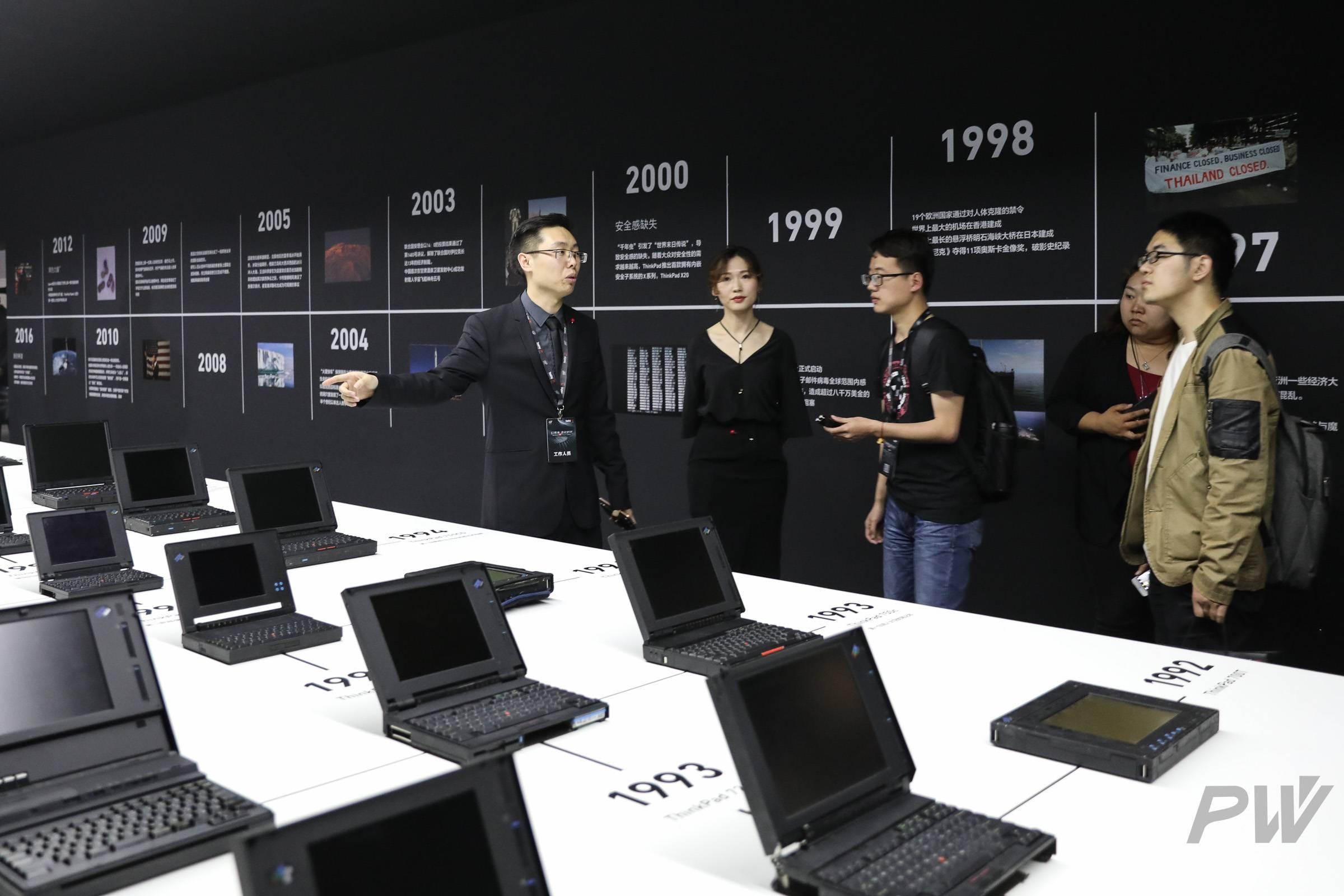 王照宇在介绍展览区的经典机型。他是ThinkPad粉丝,收藏有110台历年经典机型,同时现在也称为ThinkPad的一名员工。