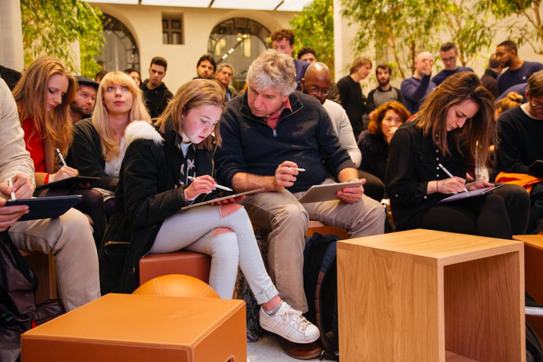 在实践中,社区成员们用Apple Pencil在iPad Pro上练习新技术