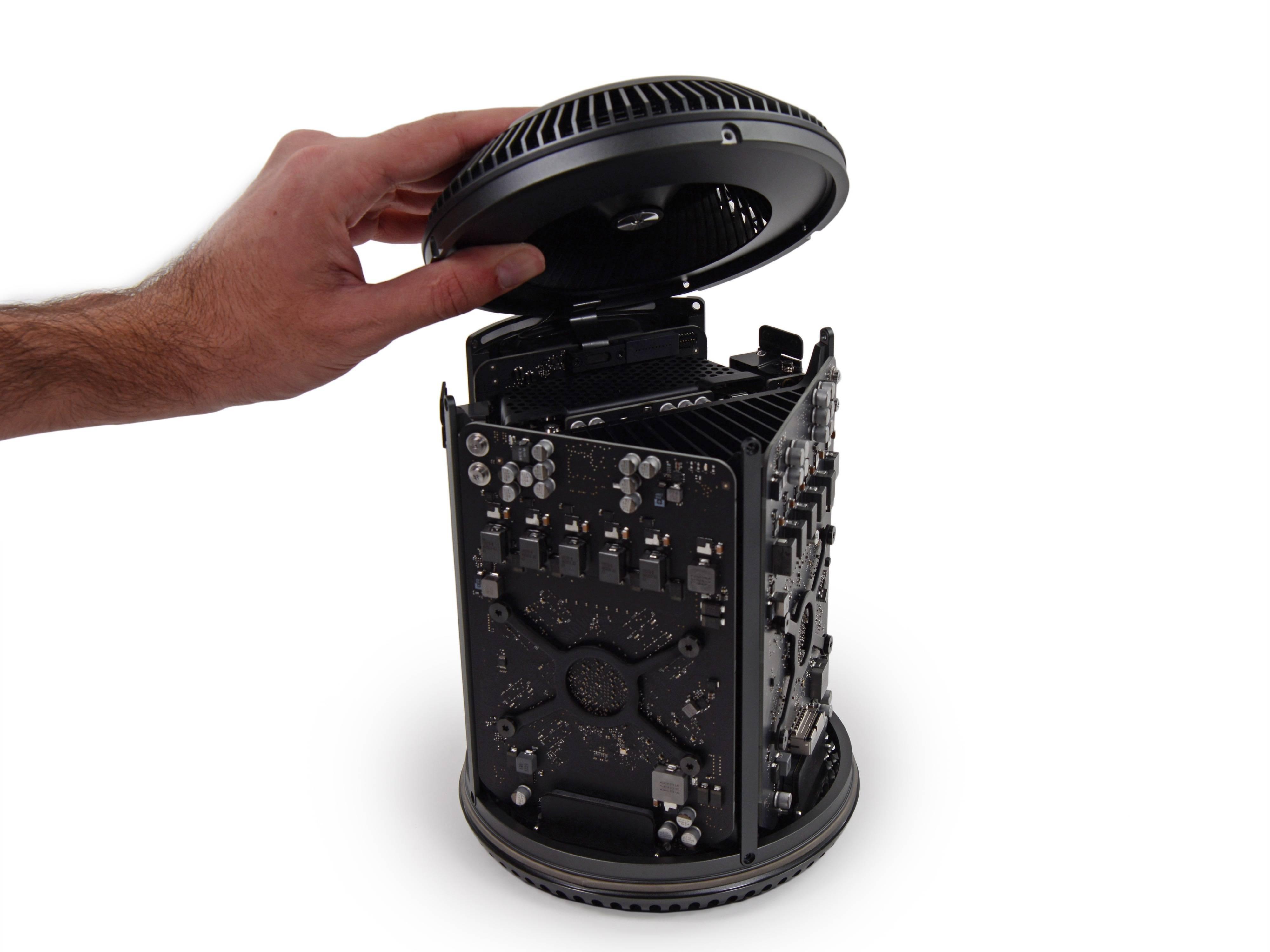 Mac Pro 能用极小机身装下了(在当时)强大的性能配置,得益于独特的内部设计。但这个设计也成了产品线更新的桎梏