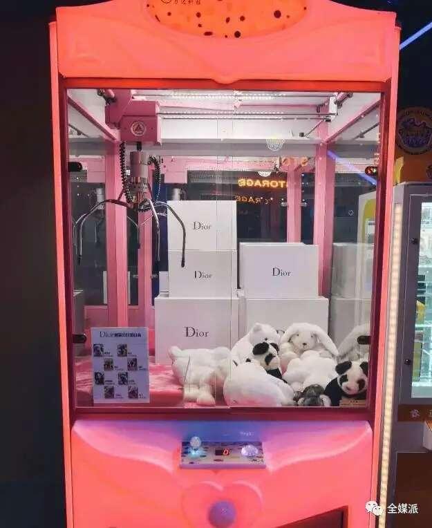 """迷你KTV和娃娃机""""躺着挣钱""""?背后蕴含着怎样的孤独消费逻辑"""