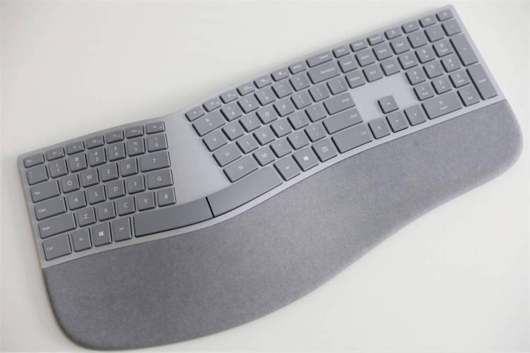 2017款微软全新的人体工学键盘,掌托就使用了Alcantara材质。
