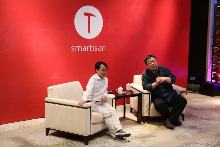 左为锤子科技 CTO 吴德周,右为锤子科技创始人、CEO 罗永浩